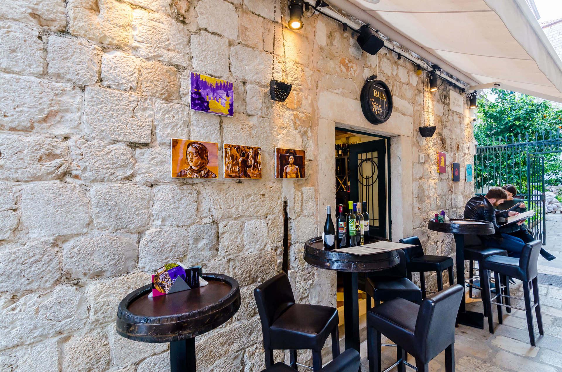 tavulin wine and art bar